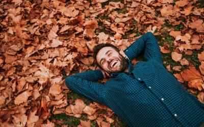 Jeune homme allongé sur un lit de feuilles