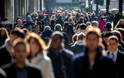 foule de personnes marchant dans la rue
