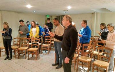moment de prière entre plusieurs jeunes pour une journée rencontre